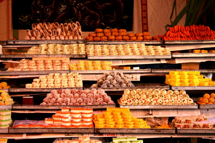 Street_shop_for_sweets,_mithai_Rajasthan_India (wikipedia.org)