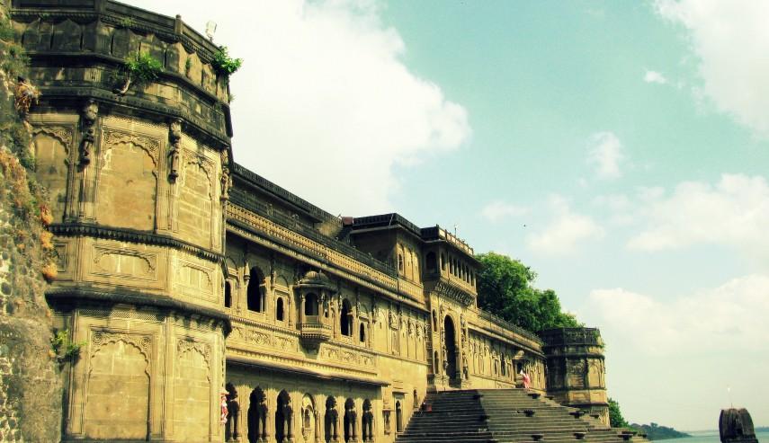Fort_Ahilya_at_the_banks_of_Narmada,_Maheshwari