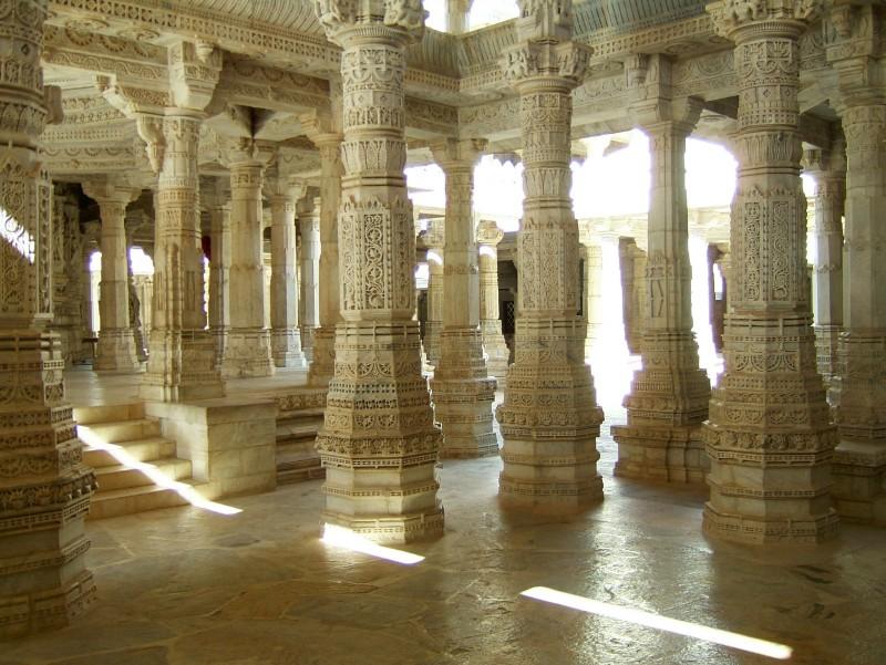 Ranakpur-Jain-Marble-Temple-pillars-Frescoes-Apr-2004-02