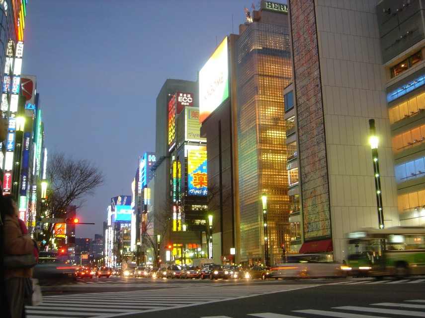 Colourful_intersection_at_Ginza_-_Tokyo_Japan